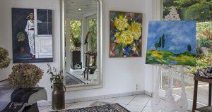 Entree des La Casa mit Gemälden von Ulrike Schieferstein